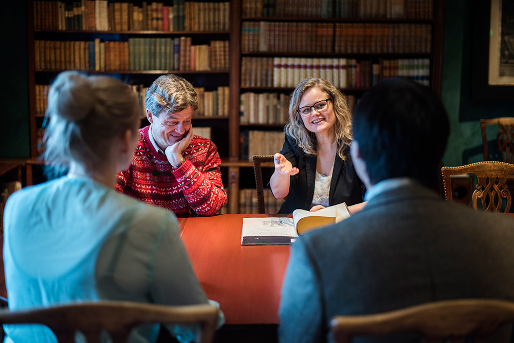 Researchers discussing at the Gunnerus Library in Trondheim. Photo.