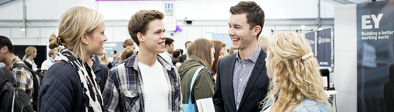 "Students talking at ""Karrieredagen"". Photo."