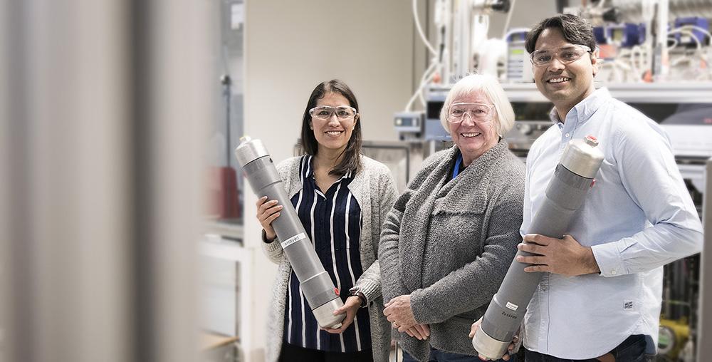 Research Scientist Maria Teresa Guzman Gutierrez, Professor May-Britt Hägg, Research Scientist Shamim Haider. Photo: synlig.no