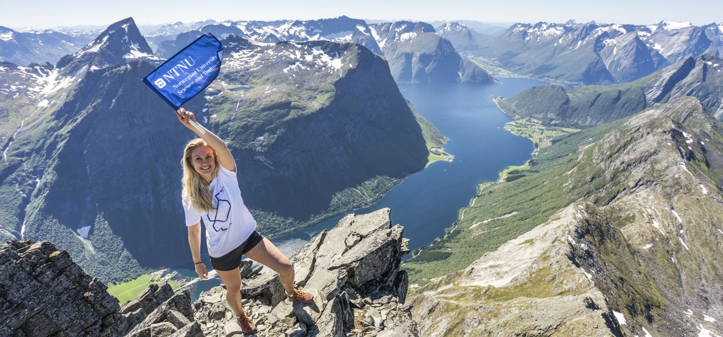 Person mountain hiking. Photo: Martin Nilsen / NTNU