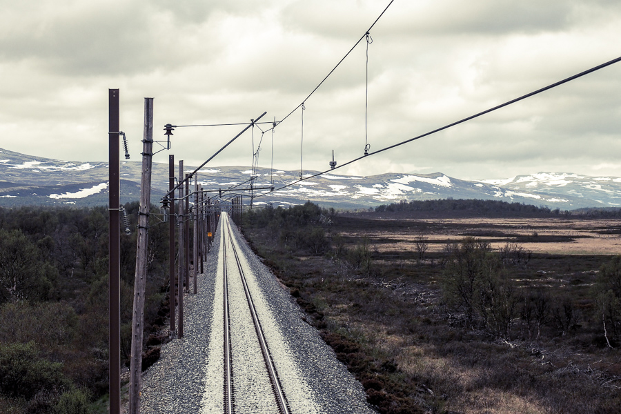 Railway catenary system at Fokstumyra in Dovrefjell. Photograph by NTNU/Petter Nåvik.