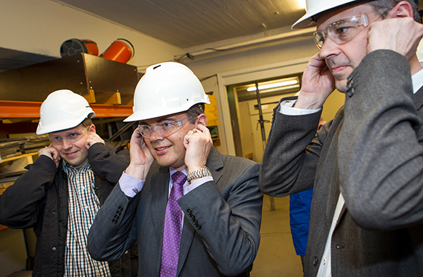 Safety precautions during a test in the compressed air gun. From left: Bjørn Holmedal (Institutt for materialteknologi), Svein Richard Brandtzæg (CEO Norsk Hydro ASA), Hans Erik Vatne (SVP Norsk Hydro ASA). Photo: Ole Morten Melgård