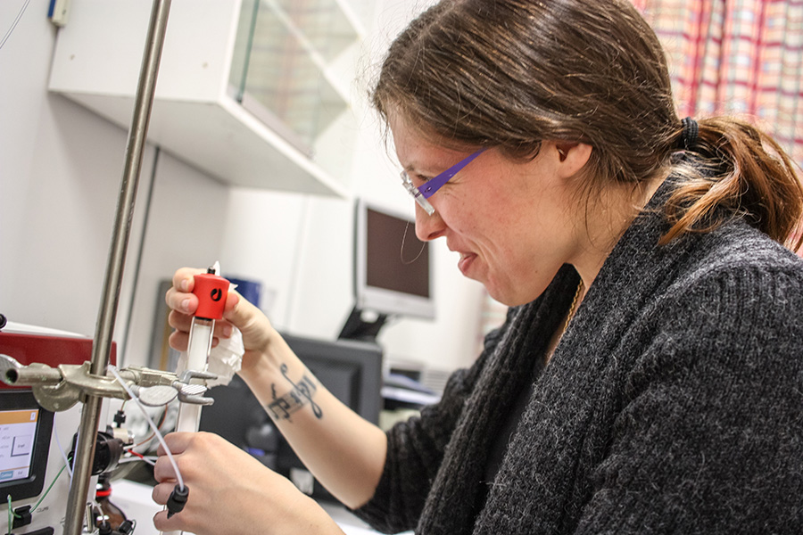 Trude Johansen is preparing the FPLC column for protein characterization in fish protein hydrolysates. Photo: Caroline D. Høyen
