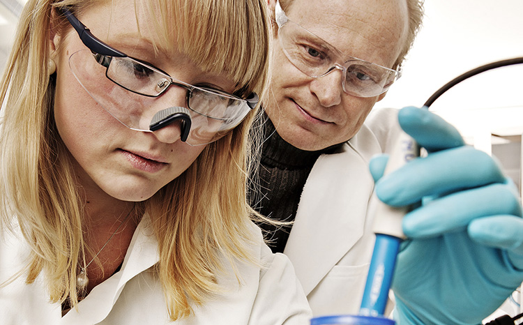 Environmental Chemistry. Pernille Bechmann and Øyvind Mikkelsen in the lab. Photo