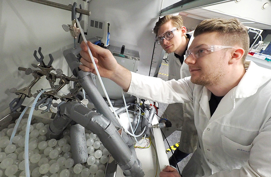 Two researchers in the thermodynamics lab. Photo