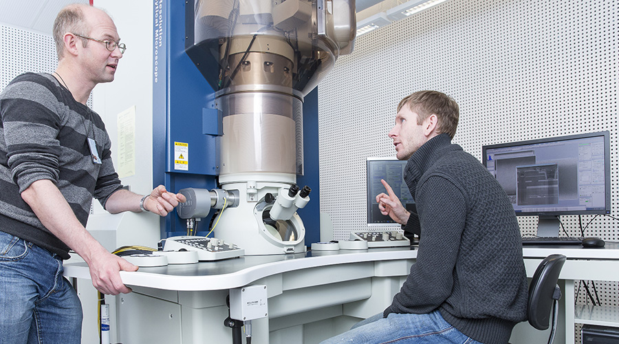 Two researchers in the TEM lab. Photo