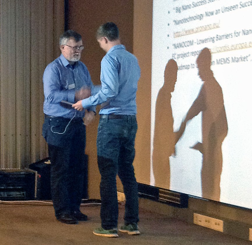 Jonas Ribe is receiving the prize from Jostein Grepstad. Photo: Berit Myhre