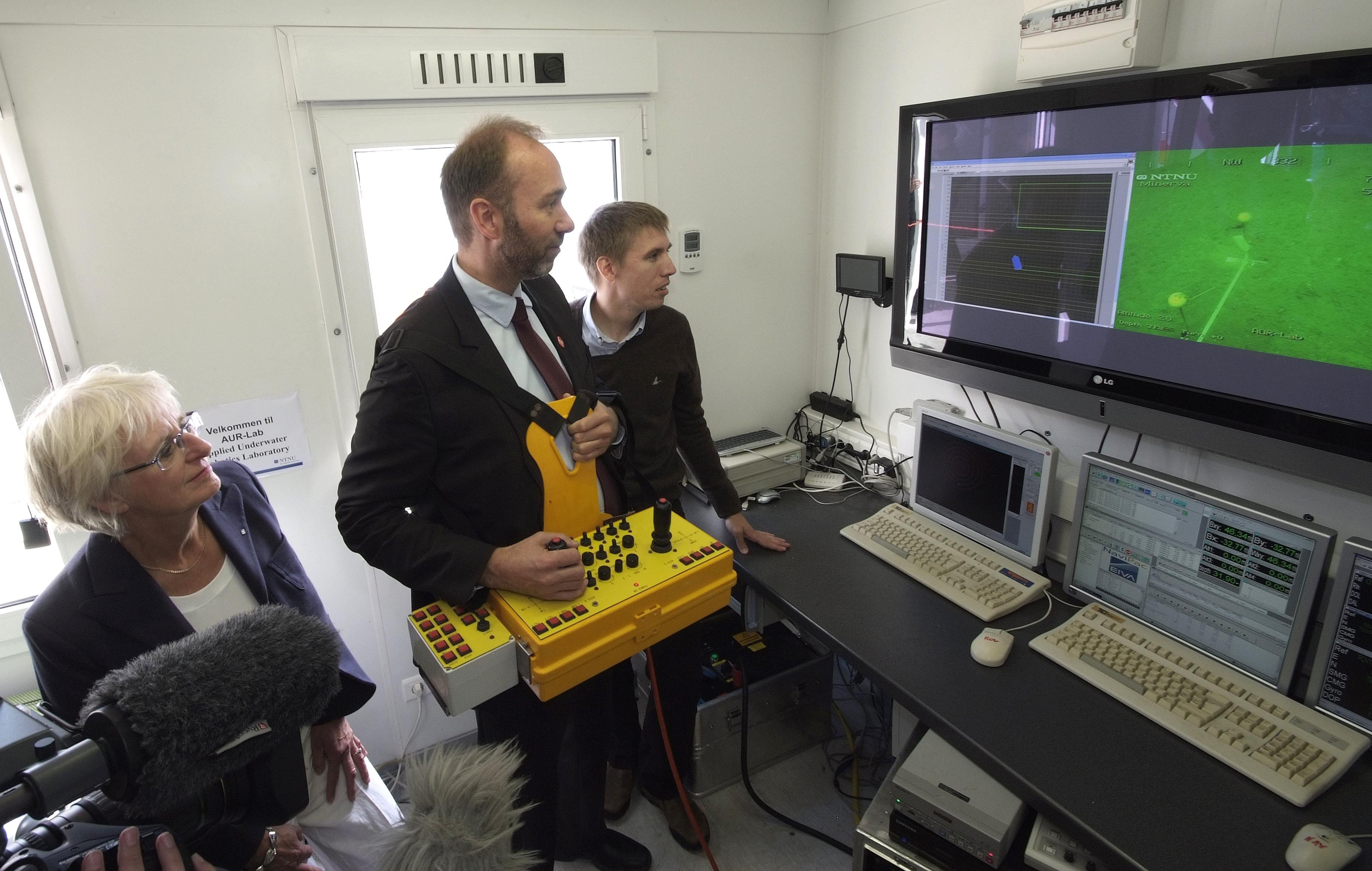 Trond Giske, Norwegian Minister of Trade and Industry remotely clips underwater ribbon.