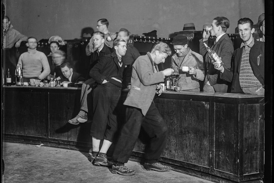 Male students and good atmosphere in the wardrobe area at Studentersamfundet, 1930's