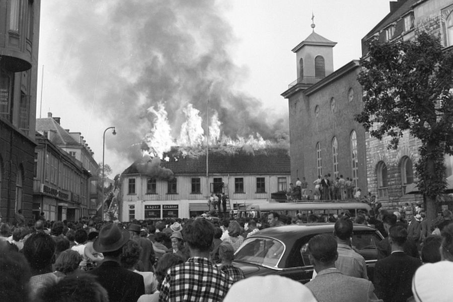 Fire at Lilletorget in Trondheim, 1959, crowd watching the fire.