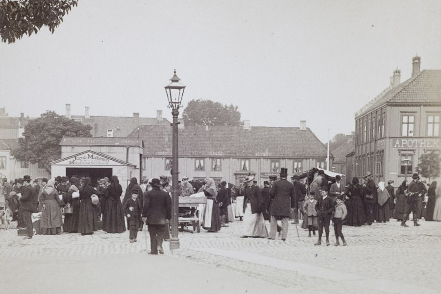 People at the squares in Trondheim, 1893.