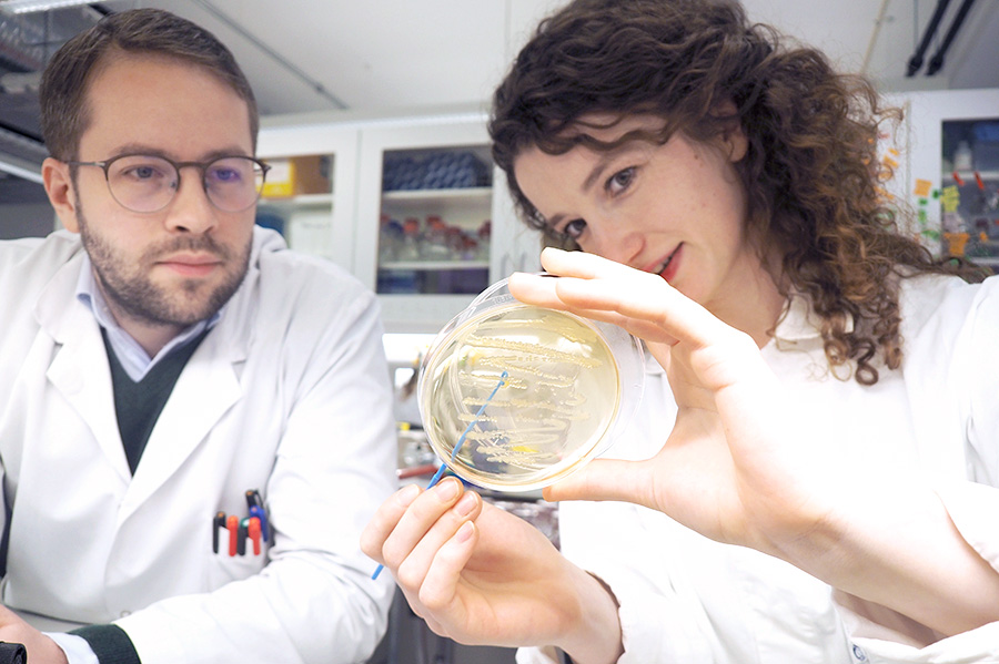 Two PhD candidates doing an experiment in the lab. Photo