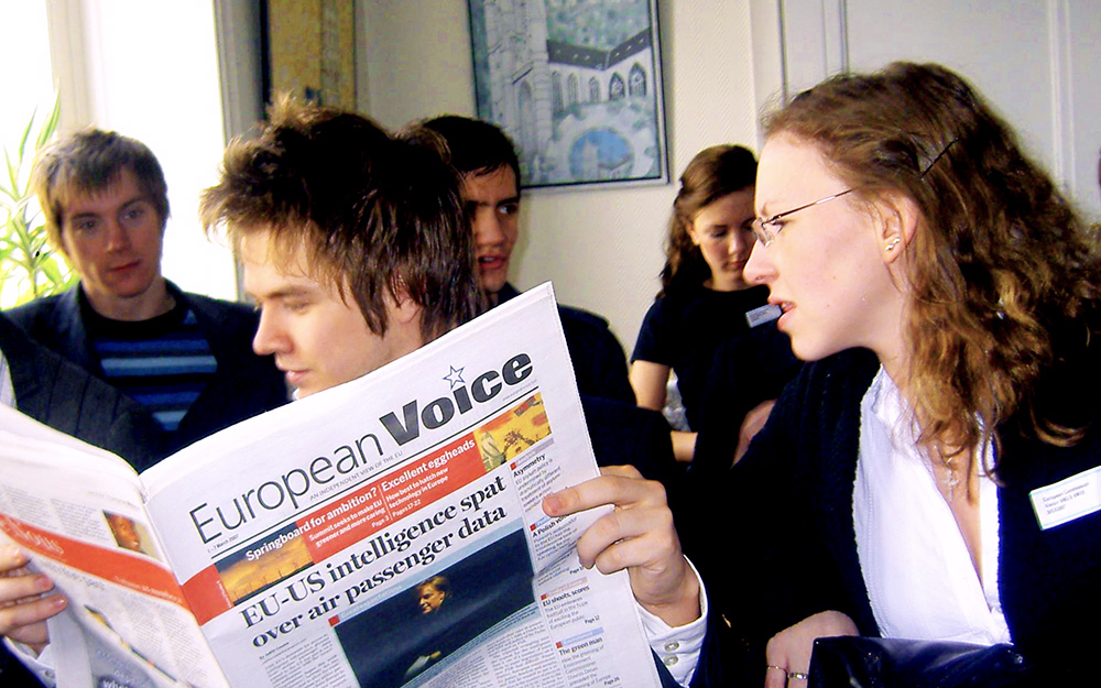 Students reading Europan newspapers