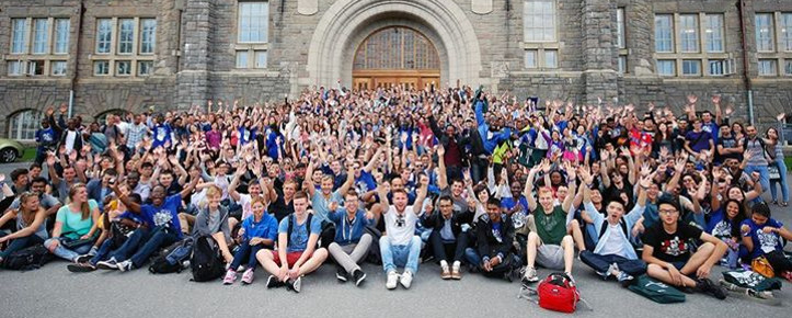 Hundreds of new international students at NTNU posing in front of the Main Building – orientation week for international students, August 2014. Picture credits: Office of International relations at NTNU
