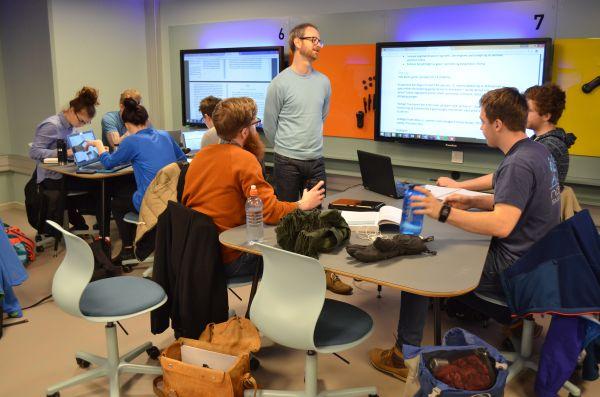 Jan Frode Hatlen tester nye undervisningsformer med sine studenter. Foto: Caroline Fredriksen/NTNU