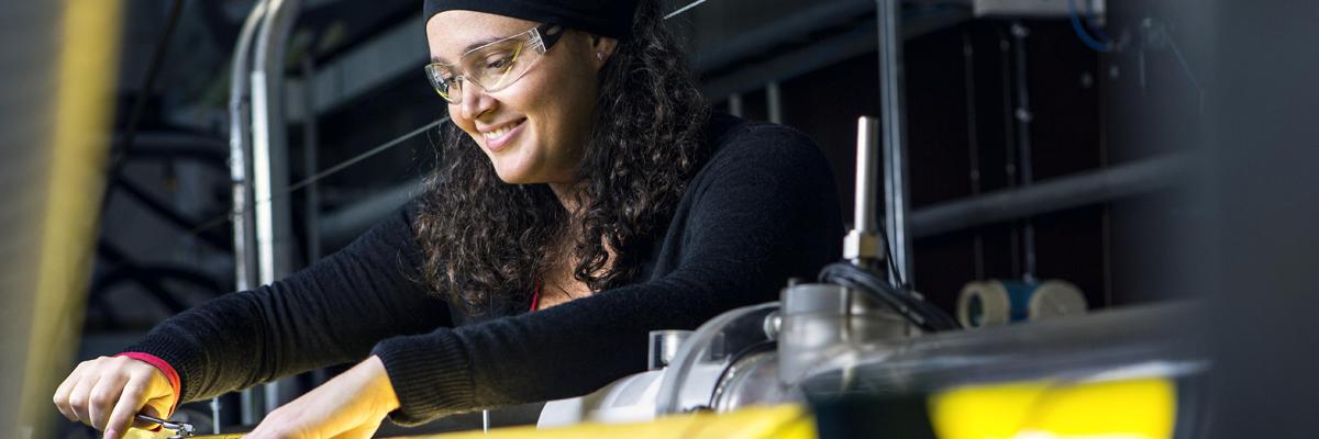 Ung forsker i arbeid. Foto.