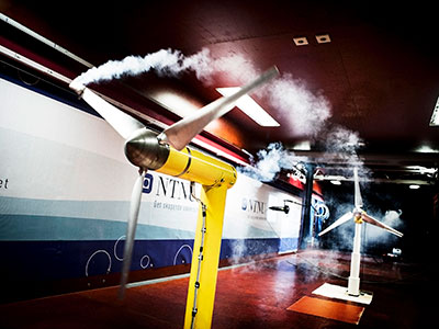 Wind turbines in a wind tunnel. Photo: Geir Mogen/NTNU