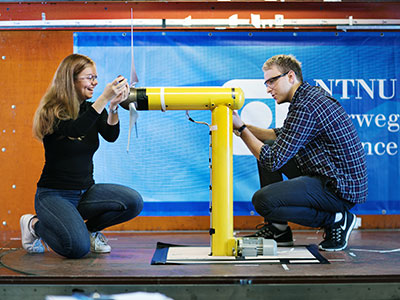Assembling a wind turbine. Photo: Geir Mogen/NTNU