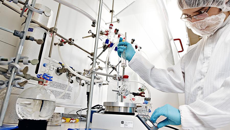 Researcher conducting an experiment in the NTNU NanoLab. Photo